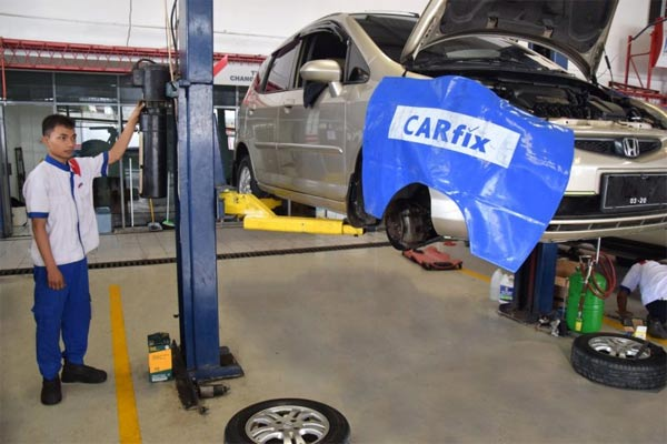 Bengkel perawatan mobil  Carfix.  - Antara
