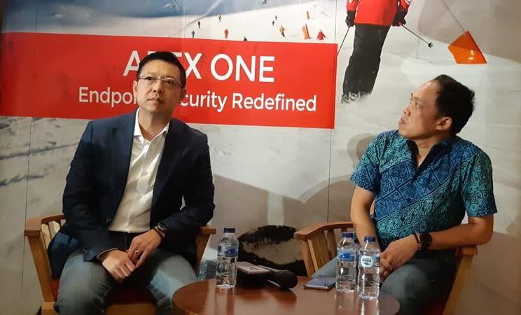 Country Manager Trend Micro Indonesia Laksana Budiwiyono (kiri) dan IT Operation Head PT MAP Aktif Adiperkasa Tbk. (MAPA), Joko Alam pada Rabu (10/4/2019). - Bisnis/Rahmad Fauzan