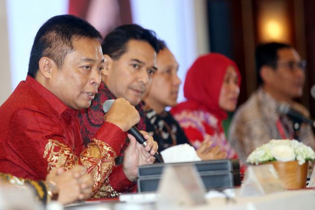 Direktur Utama PT Telkom Indonesia (Persero) Tbk Ririek Adriansyah (kiri) memberi penjelasan di sela-sela RUPST, di Jakarta, Jumat (24/5/2019). - Bisnis/Abdullah Azzam