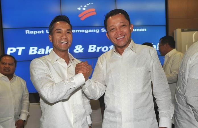 Direktur Utama yang baru PT Bakrie & Brothers Tbk (BNBR) Anindya Novyan Bakrie (kiri) dan pejabat lama Bobby Gafur Umar melakukan salam komando usai RUPSLB, di Jakarta, Kamis (16/5/2019). - ANTARA/Audy Alwi