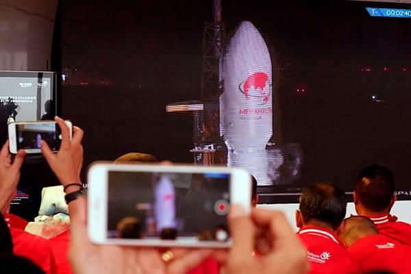 Para tamu undangan dan karyawan menyaksikan peluncuran Satelit Merah Putih di Cape Canaveral, Florida, Amerika Serikat, dari monitor yang ada di ruang gedung Telkom Landmark, di Jakarta, Selasa (7/8/2018). - JIBI/Nurul Hidayat