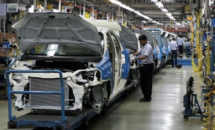 Perakitan mobil di India. - Reuters