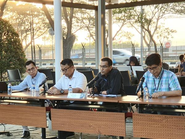 Direktur Keuangan dan Manajemen Risiko Garuda Indonesia Fuad Rizal (kedua dari kanan) sedang menjawab pertanyaan wartawan dalam jumpa pers di area parkir Garuda City Center, Jumat (26/7/2019). - Bisnis/Rio Sandy Pradana
