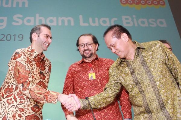 Direktur Utama PT Indosat Tbk. Ahmad Abdulaziz A. A. Al-Neama berjabat tangan dengan mantan Dirut Indosat Chris Kanter seusai RUPSLB pada Kamis (1/8 - 2019).. / Istimewa