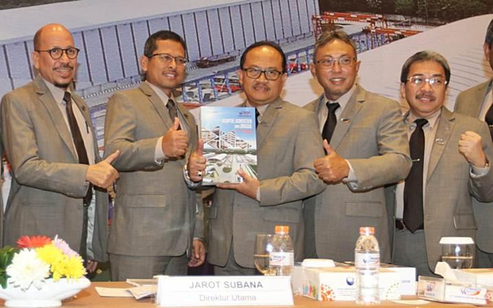 Direktur Utama PT Waskita Beton Precast Tbk Jarot Subana (tengah) berpose bersama Komisaris Independen Anis Baridwan (dari kiri), Komisaris Utama Fery Hendriyanto, Direktur Anton Y Nugroho, dan Direktur Munib Lusianto, usai RUPS, di Jakarta, Rabu (24/4/2019). - Bisnis/Endang Muchtar