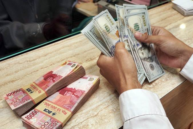 Nasabah menghitung uang di sebuah Money Changer, di Jakarta - Bisnis/Himawan L. Nugraha