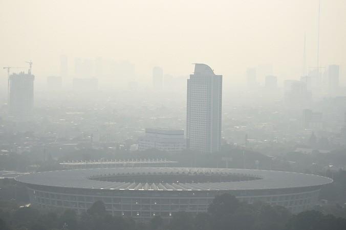 """Gedung bertingkat tersamar kabut polusi udara di Jakarta, Senin (8/7/2019). Berdasarkan data """"Air Quality Index"""" pada Senin (8/7/2019) tingkat polusi udara di Jakarta berada pada angka 154 yang menunjukkan bahwa kualitas udara di Ibu Kota termasuk kategori tidak sehat. - ANTARA/M Risyal Hidayat"""