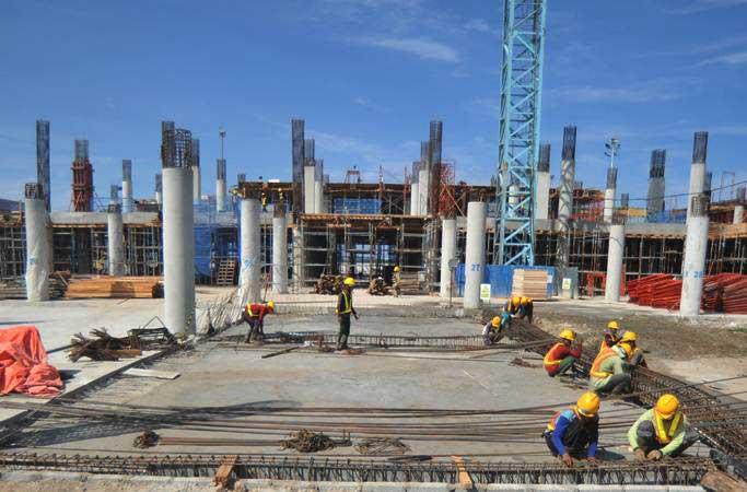 Pekerja beraktivitas di proyek pembangunan terminal baru di Bandara Internasional Minangkabau (BIM), Padangpariaman, Sumatra Barat, Kamis (24/1/2019). Data Angkasa Pura II, proyek yang dikerjakan PT Waskita karya itu mulai dibangun dengan nilai kontrak sebesar Rp363,9 miliar - ANTARA/Iggoy el Fitra
