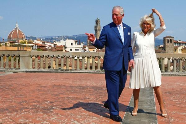 Pangeran Charles dari Inggris dan istrinya Camilla, Duchess of Cornwall berfoto di Istana Pitti di pusat kota Florence, Italia, Senin (3/4/2017). - Reuters