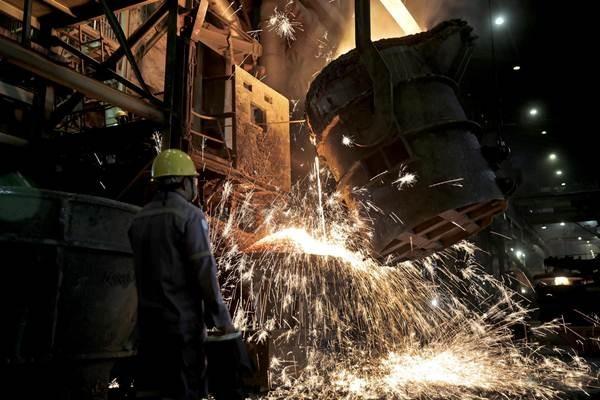 Pekerja melakukan proses pemurnian dari nikel menjadi feronikel di fasilitas pengolahan dan pemurnian (smelter) Pomalaa milik PT Aneka Tambang (ANTAM) Tbk, di Kolaka, Sulawesi Tenggara, Selasa (8/5/2018). - JIBI/Nurul Hidayat