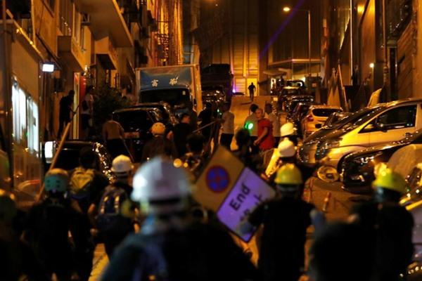 Kelompok yang menentang aksi anti-pemerintah dihalau polisi di Hong Kong. - Reuters