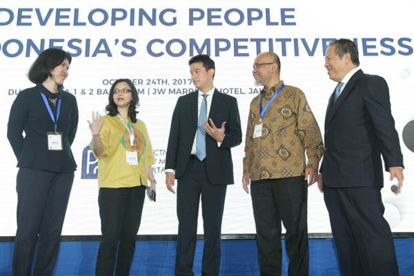 Presdir Total Bangun Persada, Janti Kamadjaja (dari kiri), berbincang dengan Executive VP BCA Lanny Budiati, Direktur PQM Consultants Marc Irawan, Presdir Toyota Motor Manufacturing Indonesia Warih Andang Tjahjono dan Komisaris PQM Consulatnts Kristanto Santosa disela sela seminar bertajuk Developing People for Indonesia's Competitiveness, di Jakarta, Selasa (24/10). - JIBI/Dedi Gunawan