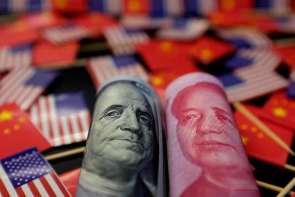 Uang kertas dolar AS yang menampilkan pendiri negara Amerika Benjamin Franklin dan uang kertas yuan China yang menampilkan mendiang pendiri Republik Rakyat China Mao Zedong terlihat di antara bendera AS dan China dalam gambar ilustrasi yang diambil 20 Mei 2019.  - REUTERS / Jason Lee.