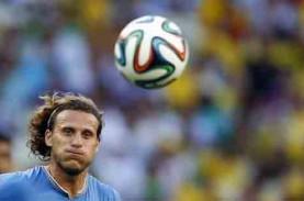 Striker Uruguay Diego Forlan Resmi Pensiun