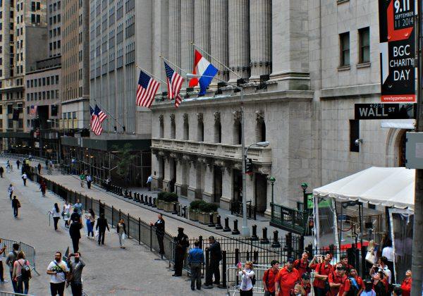 Aktivitas masyarakat terlihat di salah satu sudut pusat keuangan dunia, Wall Street di New York, Amerika Serikat - Bisnis/Stefanus Arief Setiaji