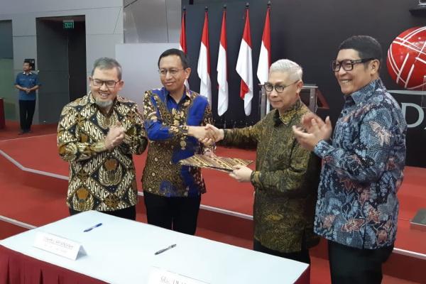 Wakil Ketua Badan Wakaf Indonesia (BWI) Imam Teguh Saptono, Direktur Global Wakaf Syahru Aryansyah, dan Direktur Utama BEI Inarno Djajadi (kiri ke kanan) menandatangani MoU antara Global Wakaf dan BNI Sekuritas dalam rangka meluncurkan wakaf saham dan galeri wakaf saham di Jakarta, Kamis (8/8/2019). - Bisnis/Dwi Nicken Tari
