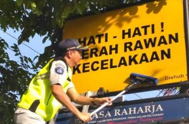 Jasa Raharja Kalsel Bersih-Bersih Rambu Lalu Lintas