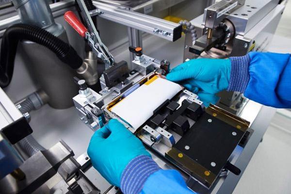 Produksi prototipe sel baterai masa depan. - BMW