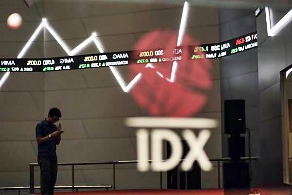 Pengunjung berdiri di dekat monitor pergerakan IHSG, di gedung Bursa efek Indonesia, Jakarta, Senin (11/9). - JIBI/Felix Jody Kinarwan