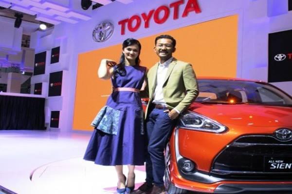 Rio Dewanto dan Atiqah Hasiholan saat memperkenalkan Toyota Sienta pada 2016 - Antara