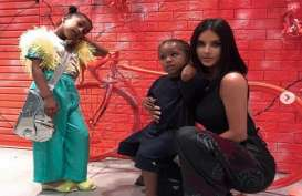 Gaya Putri Kim Kardashian Pakai Tas Seharga Rp497 Juta