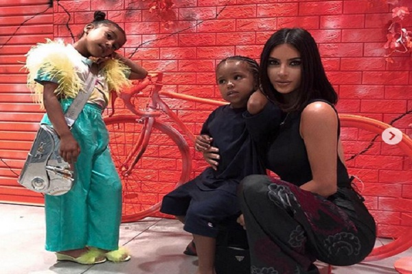 North West dan ibunya, Kim Kardashian beserta adiknya Sean West - Instagram @kimkardashian