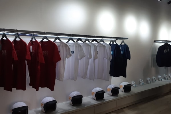 Produk yang ditawarkan di outlet EVOS Esports Flagship Store di One BellPark, Jakarta Selatan pada Jumat (9/8/2019) - Bisnis/Ria Theresia Situmorang