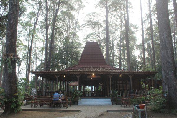 Restoran joglo di Lawu Green Forest (LGF) di Magetan. (Solopos - Sri Sumi Handayani)