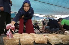 Yana Puas Banyak Warga Bandung Distribusikan Daging Kurban Pakai Besek