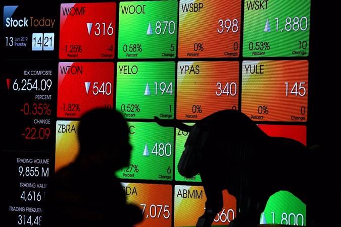 Siluet karyawan di dekat layar monitor pergerakan Indeks Harga Saham Gabungan (IHSG) di Bursa Efek Indonesia, Jakarta - Bisnis/Nurul Hidayat