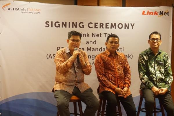 Agus Setiono, NRO Director PT Link Net Tbk menyampaikan presentasi mengenai update network expansion PT Link Net Tbk. - Istimewaa