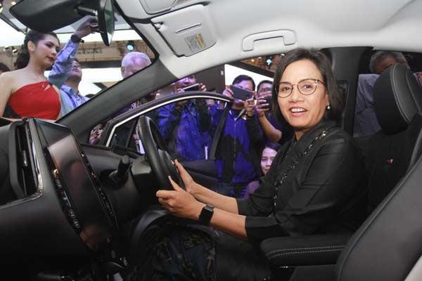 Menter Keuangan Sri Mulyani berada di belakang kemudi mobil listrik Toyota Prius Plug-In Hybrid Electric Vehicle (PHEV) saat mengunjungi booth Toyota yang hadir di GIIAS 2019 di BSD City, Tangerang, Banten, Rabu (24/07 - 2019). Foto ANTARA
