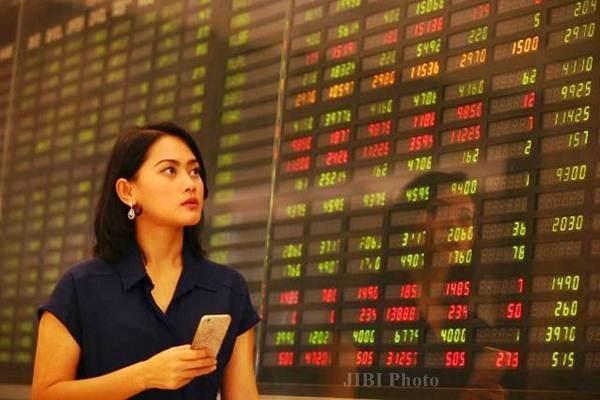 Nasabah mengamati pergerakan indeks harga saham gabungan di sebuah bank, di Jakarta, Senin (25/7). - JIBI/Dwi Prasetya