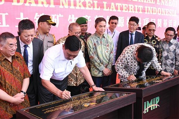 Menko Bidang Maritim Luhut Panjaitan (ketiga dari kiri) dan Menperin Airlangga Hartarto menandatangani prasasti pembangunan pabrik PT QMB New Energy Materials sebagai penyedia bahan baku baterai kendaraan listrik di Morowali pada awal tahun 2019 - KEMENPERIN