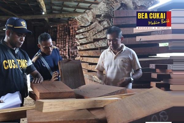 Bea Cukai Bimbing Perusahaan Pengekspor Kayu di Manokwari