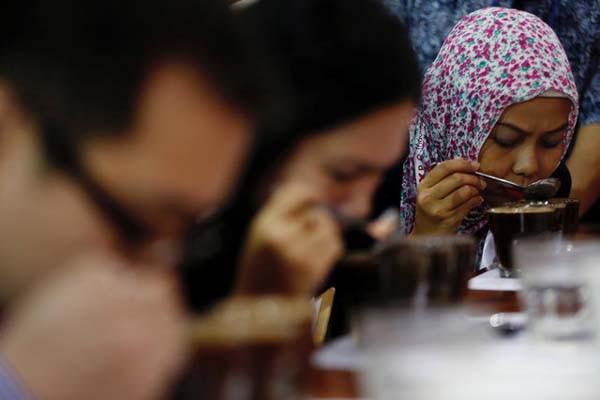 Ilustrasi peminum kopi. - Reuters/Darren Whiteside
