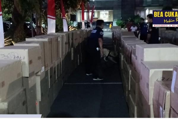 Sinergi Bea Cukai dan Kepolisian Gagalkan Penyelundupan 8 Truk Barang Ilegal