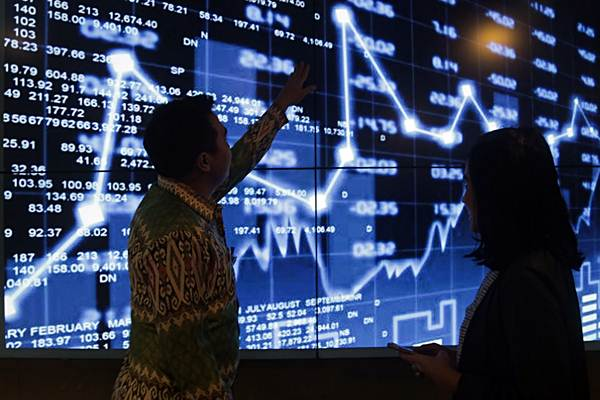Petugas menjelaskan tata cara berinvestasi kepada calon investor di gedung Jakarta Investment Center (JIC), Jakarta, Kamis (2/8/2018). - JIBI/Felix Jody Kinarwan