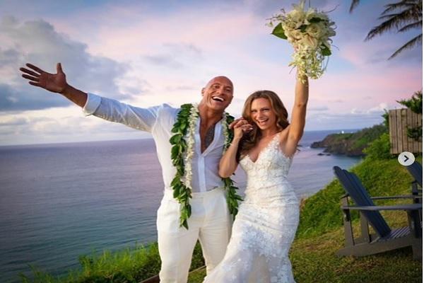 "wayne ""The Rock"" Johnson resmi menikahi kekasihnya, Lauren Hashian, di Hawaii, pada Minggu (18/8/2019). - Instagram @therock"
