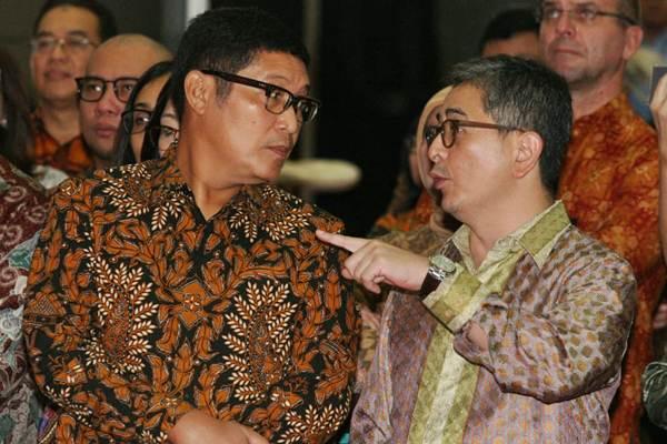 Direktur PT Indika Energy Tbk Aziz Armand (kanan) berbincang dengan Direktur Utama PT Bursa Efek Indonesia Inarno Djajadi di sela-sela pembukaan perdagangan saham di Bursa Efek Indonesia, di Jakarta, Rabu (4/7/2018). - JIBI/Dedi Gunawan