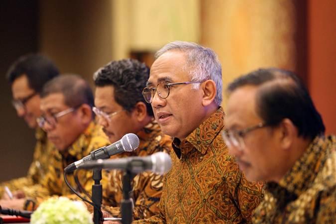 Direktur Utama PT Adhi Karya Tbk Budi Harto didampingi direksi lainnya memberikan penjelasan mengenai kinerja perusahaan, usai rapat umum pemegang saham tahunan, di Jakarta, Kamis (9/5/2019). - Bisnis/Dedi Gunawan
