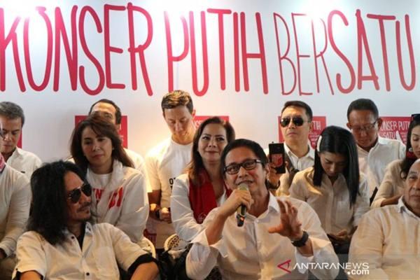 Addie MS menjelaskan konsep Konser Putih Bersatu pada konferensi pers di Kuningan, Jakarta Selatan, Senin (8/4/2019). - Antara