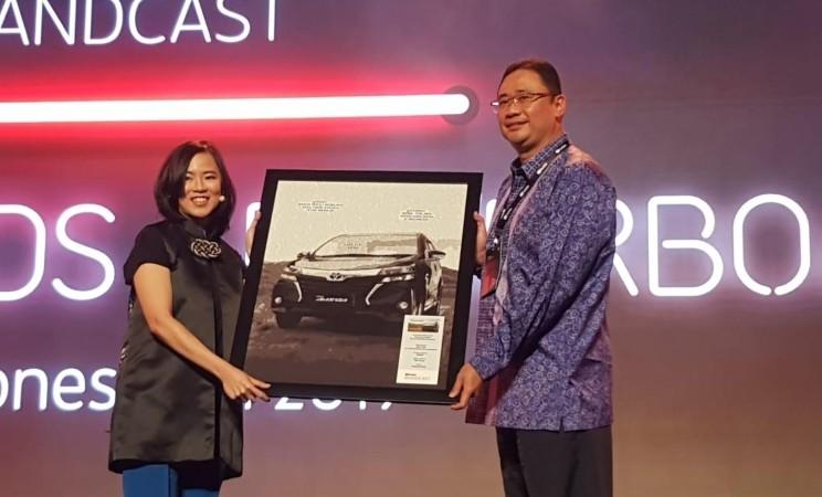 Executive General Manager PT Toyota Astra Motor, Fransiskus Soerjoprano (kanan) mewakili Toyota dalam menerima penghargaan 2019 Youtube ADS Leaderboard Indonesia. - TAM