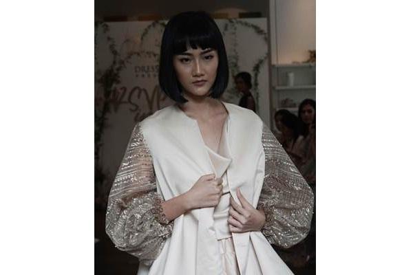 Model memperagakan busana bertema By The Sea dalam acara pertunjukan fesyen RSVP in Style yang diadakan oleh Dresshaus di Jakarta, Kamis (15/8/2019). - Bisnis/Himawan L Nugraha