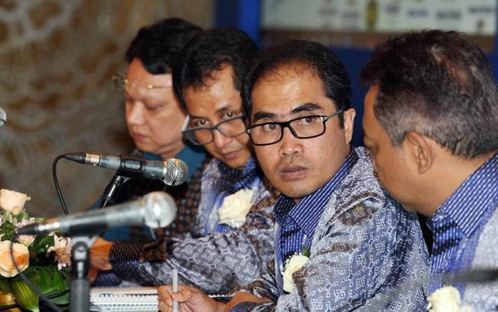 Direktur Utama PT Kimia Farma Tbk Honesty Basyir (kedua kanan) didampingi direksi lainnya memberikan penjelasan mengenai kinerja perusahaan usai RUPST, di Jakarta, Selasa (7/5/2019). - Bisnis/Dedi Gunawan