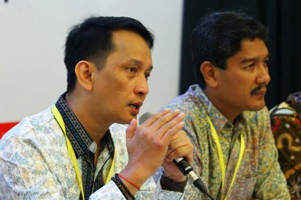 Direktur Keuangan PT Timah Tbk. Emil Ermindra (kiri) memberikan paparan didampingi Direktur Alwin Albar, di Jakarta, Selasa (8/8). - JIBI/Dwi Prasetya