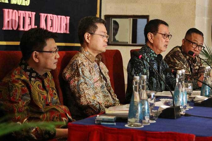 Jajaran direksi PT. Gudang Garam Tbk. Heru Budiman (kedua kanan), bersama Slamet Budiono (kanan), Herry Susianto (kiri), dan Istata Taswin Siddharta (kedua kiri) menjawab pertanyaan wartawan saat konferensi pers RUPS, di Kediri, Jawa Timur, Rabu (26/6/2019). - ANTARA/Prasetia Fauzani