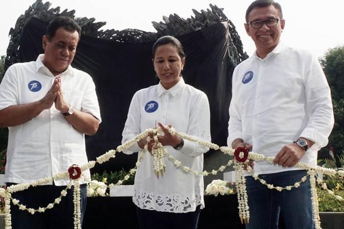 Menteri BUMN Rini M Soemarno (tengah) didampingi Direktur Utama Bank BNI Achmad Baiquni (kanan), dan Komisaris Utama Ari Kuncoro menggunting pita sebagai salah satu rangkaian peresmian Gedung Menara BNI yang juga bertepatan dengan peringatan HUT ke-73 BNI, di Jakarta, Jumat (5/7/2019). - Bisnis/Himawan L Nugraha