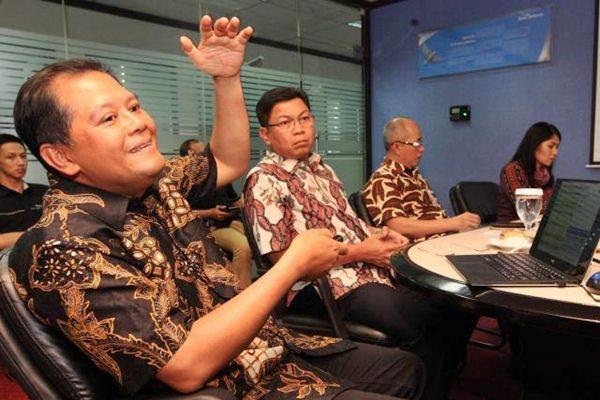Corporate Secretary PT Semen Indonesia Tbk Agung Wiharto (dari kiri), didampingi Direktur Darmawan Junaidi, dan Direktur Agung Yunanto memberi penjelasan mengenai kinerja perusahaan saat berkunjung ke kantor Bisnis Indonesia, di Jakarta, Senin (22/5). - JIBI/Dedi Gunawan
