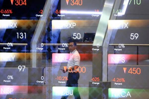 Karyawan memerhatikan pergerakan Indeks Harga Saham Gabungan (IHSG) di Bursa Efek Indonesia, Senin (29/5). - JIBI/Nurul Hidayat